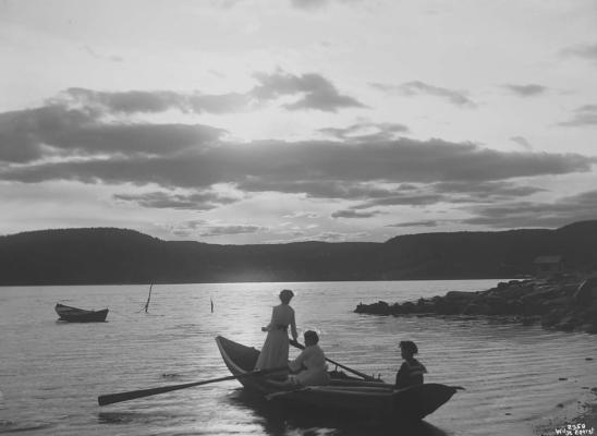 """Wilse: Solnedgang Kate og Agathe 3/7 1904 #Ekstern kommentar: """"Rødtangen, Berger i bakgrunnen."""""""