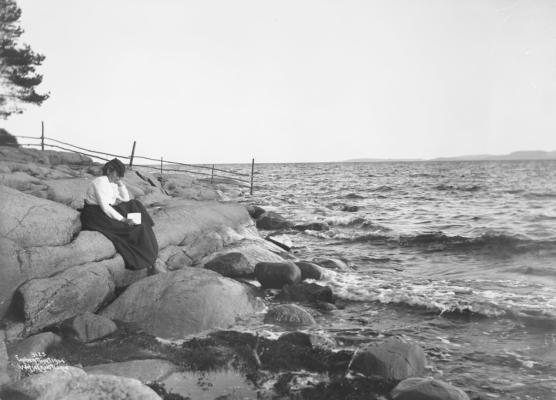 """Wilse: Alene i Tanker Helen på Stranden 6/8 1904 #Ekstern kommentar: """"Fra Rødtangen, østsiden av Breivika."""""""
