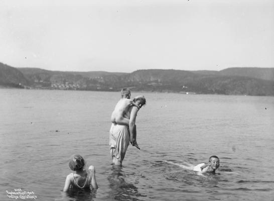 Wilse: Badesene Kujonen bæres ut 3/8 1904 Fra Sunnestranda