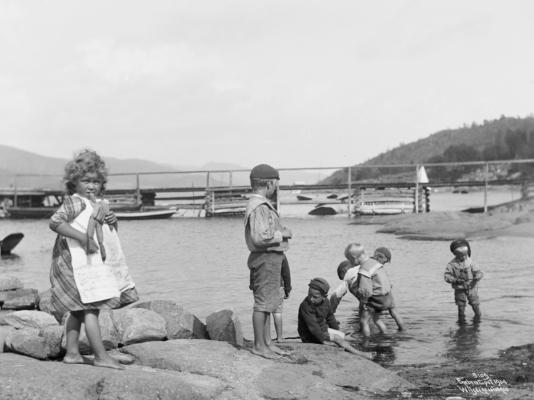 Wilse: Lekende paa Stranden 3/8 1904