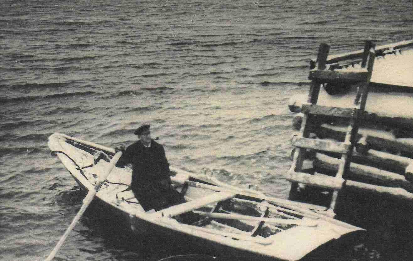 Arne Rosslund i losprammen under krigen
