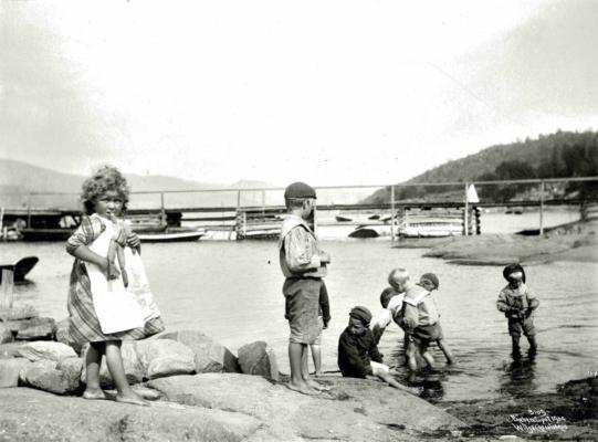 Wilse bilde fra 1904, Thorleif stående og brødrene i vannet
