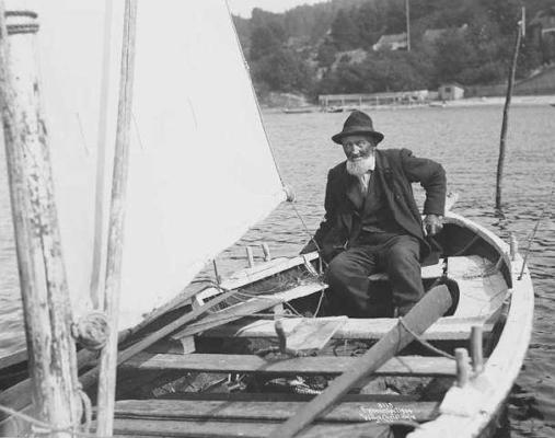 Los og fisker Johan Fredrik Andersen (f. 1834) bodde med sin familie på Furuly, i dag Presteveien 5. Flere av hans etterkommere har i dag hytte på Rødtangen. Se også neste bilde. (Wilse, 1904)