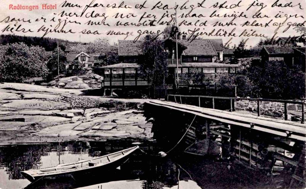 Postkortet med motivet fra cirka 1906 er påtrykket «Rødtangen Hotel» og datert 13.8.1912. Utgiver er ukjent. Fra teksten: «… et koseligt sted jeg bader ver dag nu for jeg maa benyte den ugen som er igjen men vandet er kold men klart og godt …»