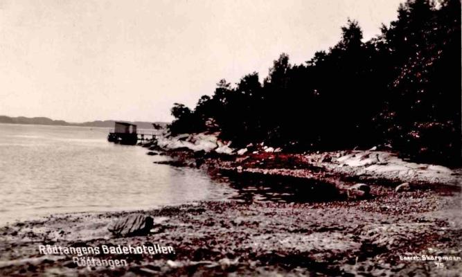 Rødtangen Hotel oppførte flere badehus, et av dem var det store «Damebadehuset» på innsiden av Nebba ved Breivika. Fotoet er fra cirka 1920, utgiver «Skarpmoe 75», merket «Rødtangen Badehoteller», poststemplet Rødtangen 3.7.1929. Fra teksten: «… her er herlig, solen skinner og mange lune plasser».