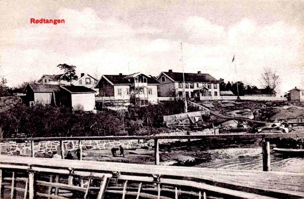 Kortet viser landgangen ut til dampskipsbryggen med tollstasjonen i bakgrunnen. Det er datert 1909.