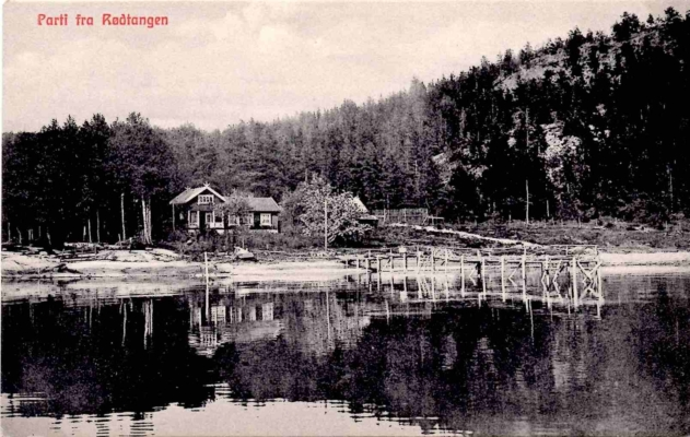 Lensmannsstua i Breivika har fått navnet sitt etter lensmann Olsen, som bodde her med sin familie tilbake på 1800-tallet. Lensmannsveien er oppkalt etter denne stua, som i dag har adresse Lensmannsveien 16. Bildet viser en av de private bryggene som fantes på Rødtangen. Robåten ligger her på land. Postkortet antas å være fra tidlig på 1900-tallet og er utlånt av Ivar Jørstad.