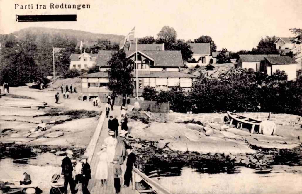 På dette kortet er også «Parti fra Holmsbu 1911» sladdet over. Bildene er sannsynligvis tatt samtidig. Kortet er datert 13.8.1912. Utgiver: Eneret E. Jacobsen, Drammen. No. 221.