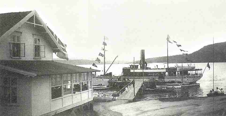 Dampbåt ved den gamle dampskipsbryggen med Rødtangen Bad i forgrunnen, fotograf og årstall ukjent. Utlånt av Ivar Jørstad.
