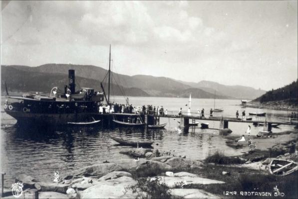 Dampskipsbryggen med dampbåt og passasjerer, fotograf og årstall ukjent. Utlånt av Ivar Jørstad.
