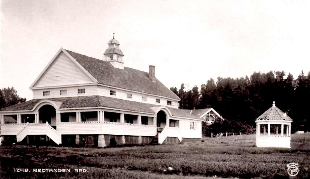 Foto fra cirka 1920 av det øvre hotellet med lysthuset utenfor. Utgiver av postkortet er Oppi. Fra teksten på kortet: «Til måltidene samles vi i en vældig pavillion, som om aftene brukes til dansesal.»