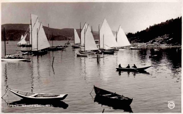 Utsikt fra Rødtangen Bad mot Rødtangen-bukten der seilbåter gjøres klar for regatta – og venter på vind. Utgiver: Oppi, ca. 1910. Merket «1243 Rødtangen Bad».