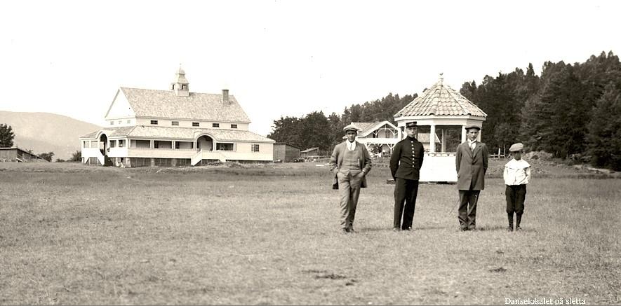 Festlokalet på jordet eller «Danselokalet på sletta» som er tittelen på dette fotoet fra cirka 1920. Bildet er tatt med kameraet til Thorleif Thoresen, som vokste opp i huset som i dag har adresse Tolderstien 2. Men fotografen er en annen, for Thorleif Thoresen er med på bildet.
