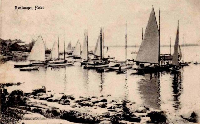 Seilbåter klargjøres for regatta i Rødtangen-bukten. Utgiver NS No. 102. Poststemplet Rødtangen 3.7.1912. Fra teksten: «Her er et deilig sted. Mangler kun ditt behagelige selskab.»