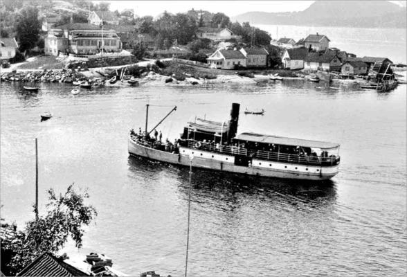Juno på vei inn til Holmsbu, der den senere fikk et serveringssted oppkalt etter seg. Utlånt av Ivar Jørstad.