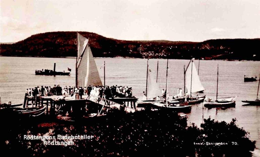 Postkortet er datert 1930, men vi ser av bryggekonstruksjonen at fotoet er vesentlig eldre. Det er tatt fra Rødtangen bad. Eneret: Skarpmoen 70