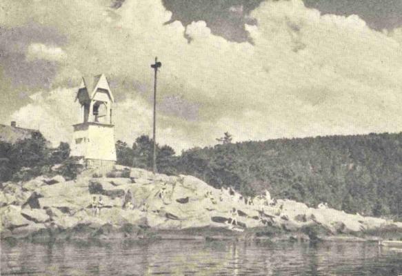 Badeliv på Nebba. Fotograf og årstall ukjent, men tåkeluren (nautofonen) i stolpen foran tåkeklokken kom i 1938, så bildet er nyere enn dette. Utlånt av Svein Ruud Johansen.
