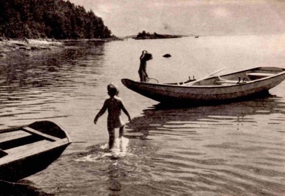 Barn og robåter i Breivika. Gutten nærmest er Stig Bjørneberg, nåværende eier av Lensmannsstua (se bilde 10) sammen med sin søster, Mette Høyer. Fra midten av femtitallet, fotograf ukjent.
