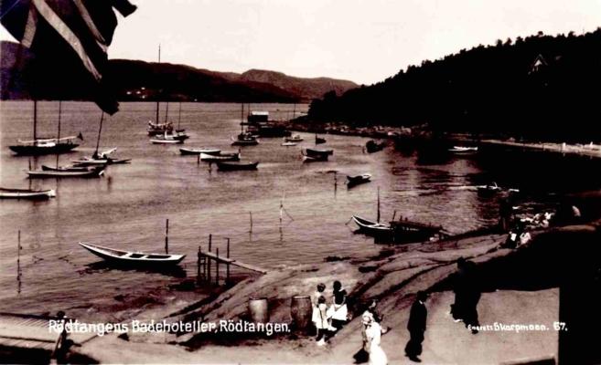 Rødtangen-bukten cirka 1930. Utgiver: «Eneret Skarpmoe 67». Merket: «Rødtangens Badehoteller, Rødtangen»