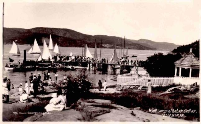 Fra svabergene ved badet. Mange skuelystne venter på at regattaen skal begynne, cirka 1930. Merket «Rødtangens Badehoteller, Rødtangen». Utgiver: «79 Eneret Skarpmoe, Oslo».