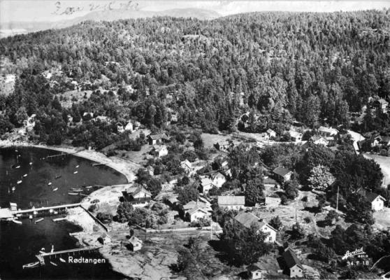 Luftfoto av deler av sentrale Rødtangen med brygger og båter cirka 1955. Utlånt av Ivar Jørstad.
