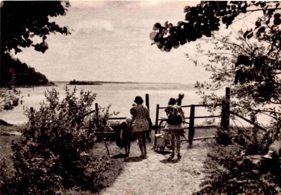 Kvinner og barn på vei til Breivika for å bade, fra 1950-tallet. Fotograf ukjent.