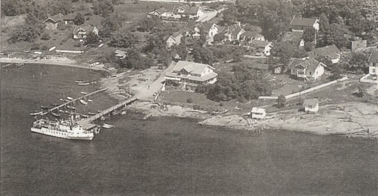 MS Snapp ved kai i 1964, året før Rødtangen Båtforening ble stiftet. Snapp gikk i sommerrute fra Drammen og ut fjorden. Fotograf ukjent. Utlånt av Ivar Jørstad.