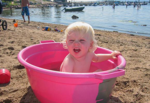 Sunnestranda med flott sand og langgrunn bukt har alltid vært den perfekte badestranden for små og store barn (2006)