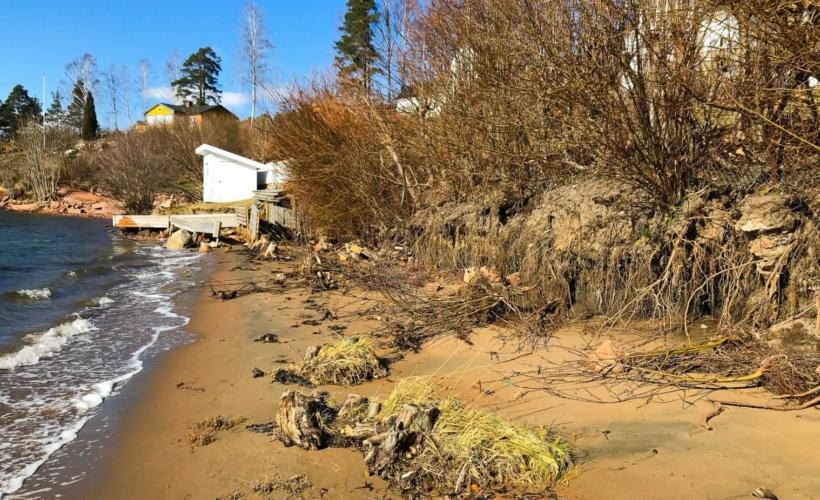 Erosjonen av Sunnestranda har krøpet stadig lenger sydover på stranden. I dag er over halvparten av Sunnestranda rasert.
